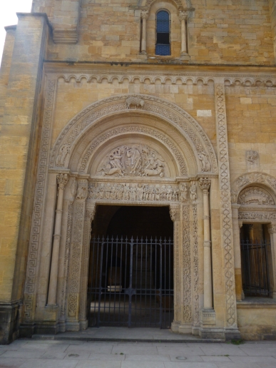Beeindruckendes Nordportal der Abtei Saint-Fortunat (Foto: schrittWeise)