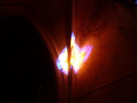 Lichtbrechung im Kircheninneren, Montverdun (Fotorechte: Dario schrittWeise)