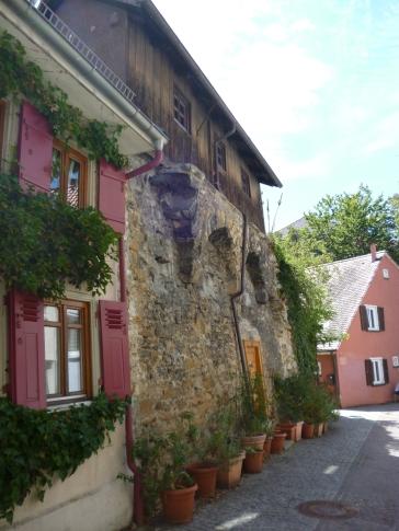 Haus integriert in die Reste der Stadtmauer (Fotorechte: schrittWeise)