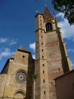 Turm mit Vorderansicht der Kirche (Foto: schrittWeise)