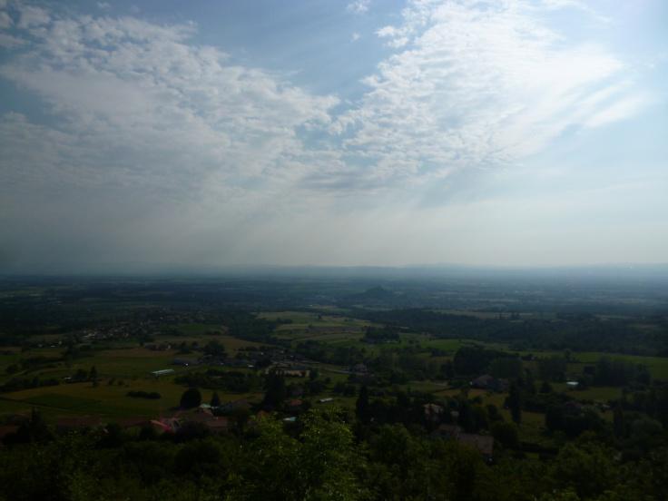 Blick auf Saint-Georges-Haute-Ville und auf die Bergspitze von Montverdun (Fotorechte: schrittWeise)
