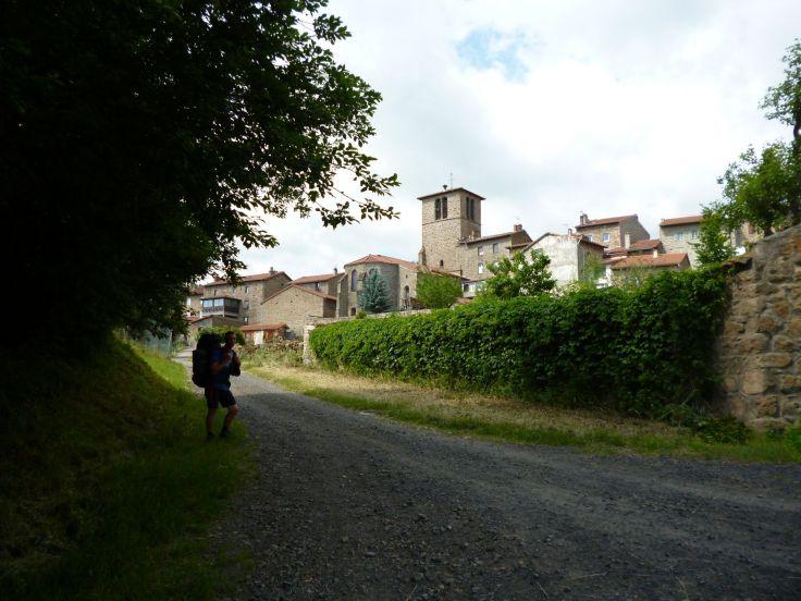 Huck mit gefundener Hose vor Saint-Jean-Soleymieux,(Bildrechte: schrittWeise)