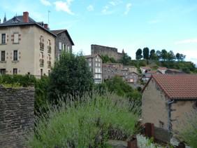 Das Schloss aus der Ortsmitte gesehen (Fotorechte: schrittWeise)