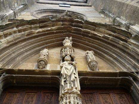 Heiligenfiguren über dem Eingangsportal (Fotorechte: schrittWeise)