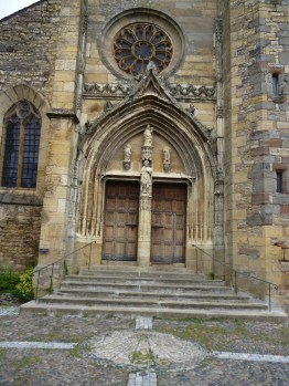 Das Eingangsportal der Kirche Saint-Côme-et-Saint-Damien (Fotorechte: schrittWeise)