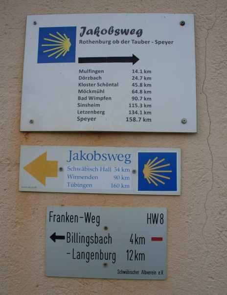Wegweiser an der Kreuzung zweier Jakobswege (Fotorechte: Dario schrittWeise)