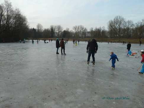 Menschen laufen über der Eisfläche