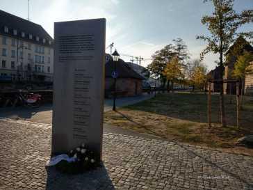 Die Mahnsäule mit der Erklärung der Städte Nürnberg, Hamburg, München, Rostock, Dortmund, Kassel und Heilbronn