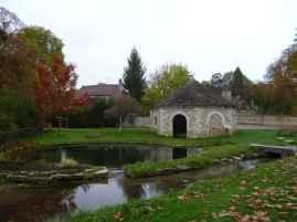 Teich mit einem Waschhaus